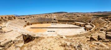 Старые руины амфитеатра в римском городке Uthina Oudhna tun стоковое изображение