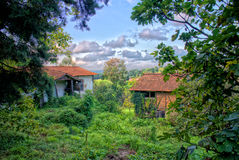 Старые руины дома фермы в природе с влиянием HDR Стоковые Фото