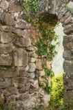 Старые руины замка вверх на холмах Стоковые Изображения RF
