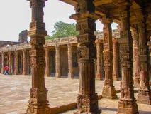 Старые руины на землях старого минарета в Дели, Индии Стоковое Изображение