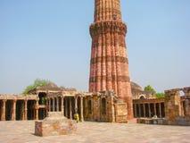 Старые руины на землях старого минарета в Дели, Индии Стоковая Фотография