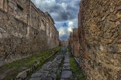 Старые руины столбцов после извержения Vesuvius в Помпеи, Италии Стоковое Фото