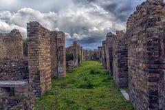 Старые руины столбцов после извержения Vesuvius в Помпеи, Италии Стоковая Фотография RF