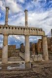 Старые руины столбцов после извержения Vesuvius в Помпеи, Италии Стоковое фото RF