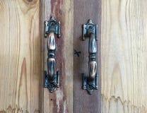 Старые ручки стали на деревянном кухонном шкафе стоковое изображение rf