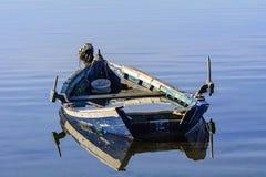 Старые рыбацкие лодки с яркими цветами на зоре на озере стоковые изображения