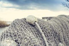 Старые рыболовные сети суша около озера стоковые изображения