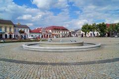 Старые рыночная площадь и фонтан в Lowicz, Польше Стоковое Изображение RF