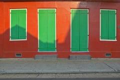 Старые свеже покрашенные двери и окна в французском квартале около улицы Бурбона в Новом Орлеане, Луизиане Стоковое Фото