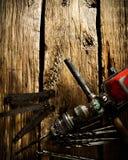 Старые сверло, правитель и сверла на деревянной предпосылке Стоковое фото RF