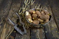 Старые серебряные грецкие орехи и Щелкунчик mit шара для рождества Стоковое Изображение