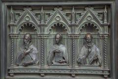 Старые скульптуры украсили дверь Флоренс Стоковые Фотографии RF