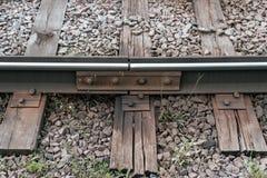 Старые слиперы, в городе там линия трамвая В природе, влажная деревянная доска Соединение рельсов металла Стоковые Изображения RF