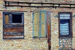 Старые сломанные окна на кирпичной стене покинутого здания Стоковые Фотографии RF