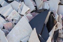 Старые сломленные керамические плитки r стоковое изображение rf