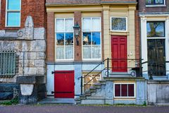 Старые средневековые дома в Амстердаме, Нидерландах Стоковые Фотографии RF