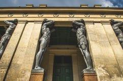 Старые статуи Atlantes в Санкт-Петербурге стоковое изображение rf