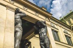 Старые статуи Atlantes в Санкт-Петербурге стоковые изображения rf