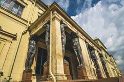 Старые статуи Atlantes в Санкт-Петербурге стоковая фотография