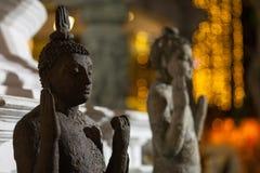 Старые статуи ` s Будды и предпосылка города светлая Стоковое Изображение RF
