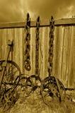 Старые стальные колеса и цепи стоковые изображения rf