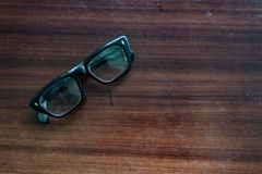Старые стекла на коричневой деревянной таблице были немного пылевозд стоковая фотография rf