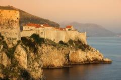 Старые стены города и городка dubrovnik Хорватия стоковые изображения rf