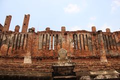 Старые стены кирпичей со штендерами и Windows стоковая фотография