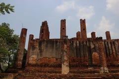 Старые стены кирпичей с небом штендеров голубым стоковая фотография rf