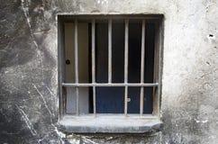 Старые стены, ржавый утюг запертое окно стоковое фото rf