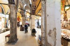Старые столбцы в гранд-базаре, одном из самого старого торгового центра в истории Этот рынок в Стамбуле, Турции стоковые фото