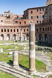Старые столбцы на рынке ` s Trajan, Риме, Италии, Европе стоковое изображение
