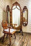 Старые стул и зеркало стоковые изображения rf
