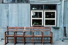 Старые стулья и окно на трудовом коттедже Стоковая Фотография RF