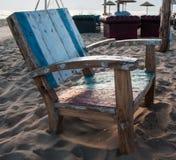 Старые стулья на пустом пляже Стоковые Изображения