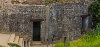 Старые сломанные немецкие бункеры атлантической стены на Pointe-Du-Hoc wes стоковые изображения
