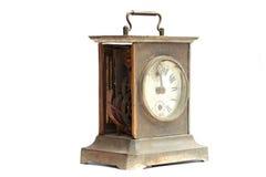 Старые сломанные часы каминной доски на белой предпосылке Стоковые Изображения RF