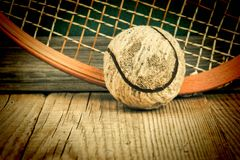 старые теннисный мяч и ракетка стоковые фото