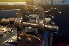 Старые тиски металла на инструменте таблицы Стоковое Изображение