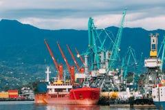 Старые топливозаправщик корабля перевозки баржи и кливер кранов тяжелой загрузки в порте стоковое изображение rf