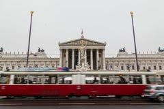Старые трамваи и австрийский парламент Стоковое Изображение RF