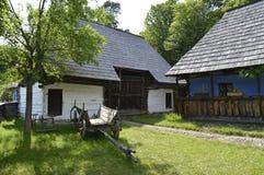 Старые традиционные румынские дома и тележка в дворе Стоковая Фотография RF