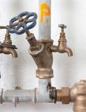 Старые трубопроводы с голубым клапаном Стоковые Фото