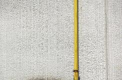 Старые трубы металла воды зафиксированные с кронштейнами перед стеной гипсолита с коробкой металла для счетчика воды Стоковое Изображение RF