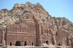 Старые усыпальницы в Petra, Джордан - старый город Nabatean в красном естественном утесе и с местными бедуинами стоковая фотография rf