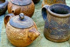 Старые утвари деревянных и гончарни с серой тканью Стоковое фото RF