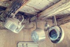 Старые утвари кухни в алюминии Фото в стилях винтажных Стоковые Изображения RF