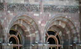 Старые фасад и окна здания Стоковая Фотография