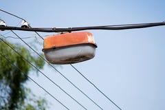 Старые фонарик и провод улицы Стоковые Фото