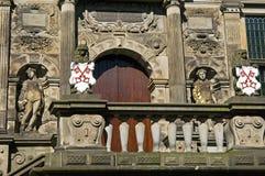 Старые художественные произведения на балконе здание муниципалитета Лейдена Стоковое фото RF